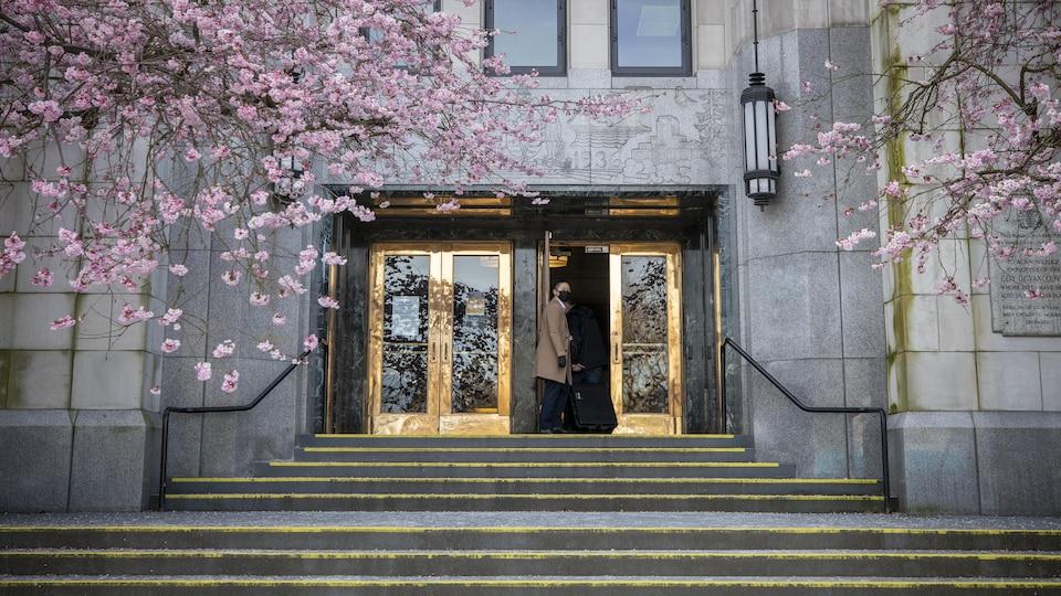 les portes de la mairie de Vancouver