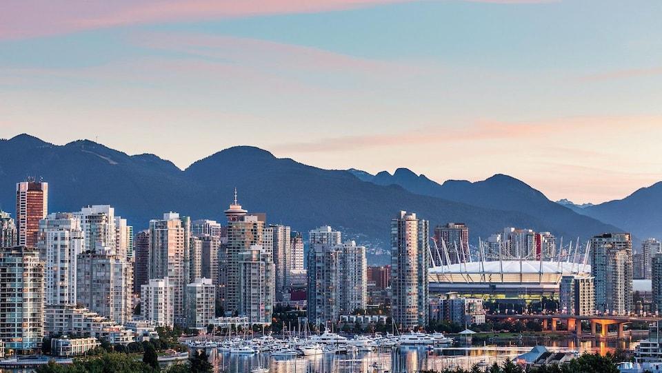 Vue sur le centre-ville de Vancouver au lever du soleil