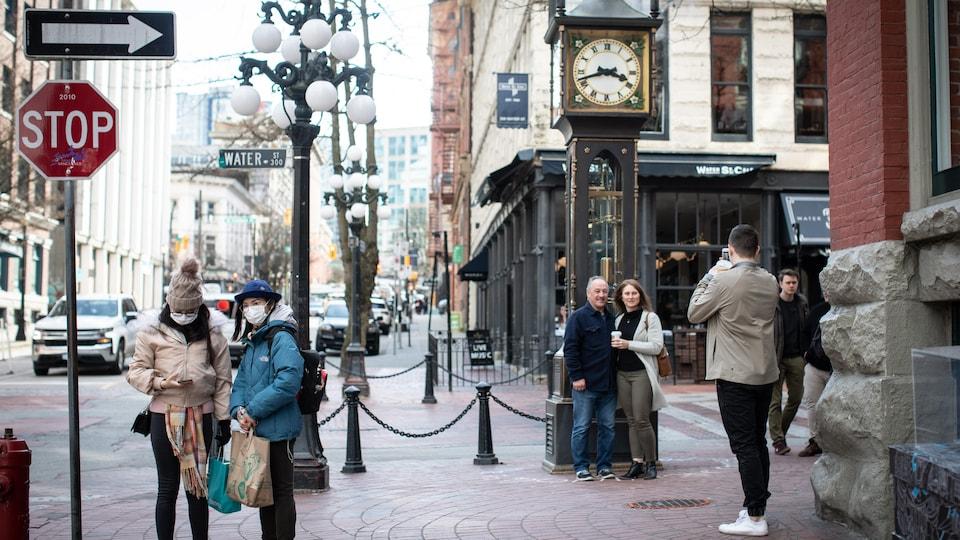 Une poignée de touristes dans le quartier de Gastown, à Vancouver.