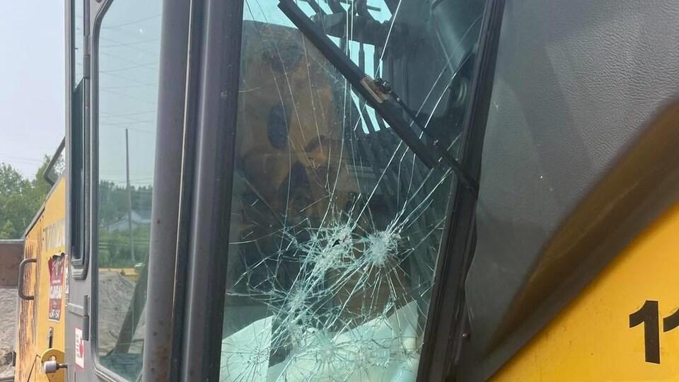 Un véhicule lourd vandalisé.