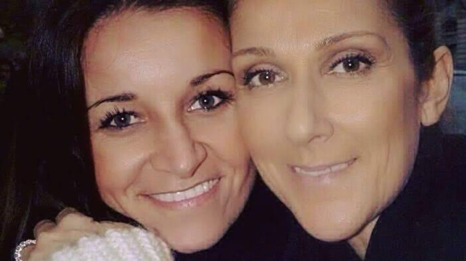 Les deux femmes se tiennent dans leurs bras et sourient.