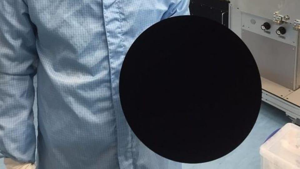 Le Vantablack n'absorbe pas moins de 99 965 % de la lumière qui atteint sa surface.