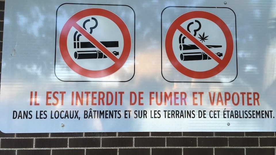 Panneau indiquant qu'il est interdit de vapoter sur le terrain d'une école