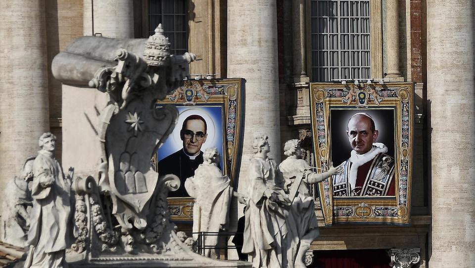 Les portraits géants d'Oscar Romero et de Paul VI sont accrochés sur la façade extérieure de la basilique Saint-Pierre de Rome lors de la cérémonie de leur canonisation.