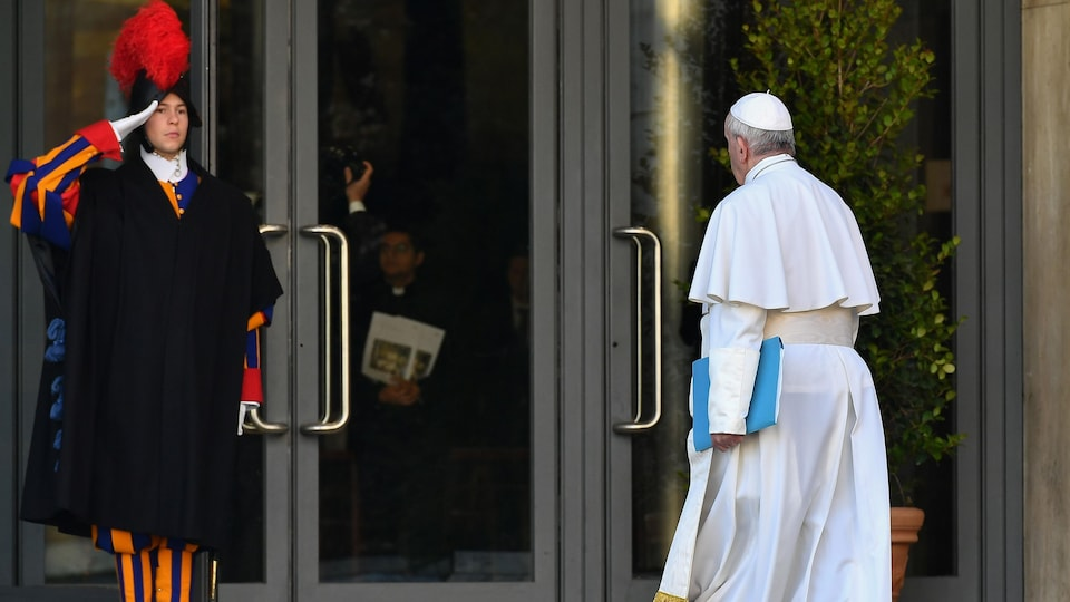 Un garde suisse salue le pape.