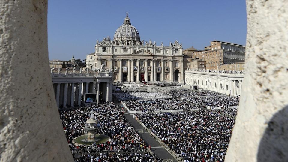 La place Saint-Pierre au Vatican remplie de monde