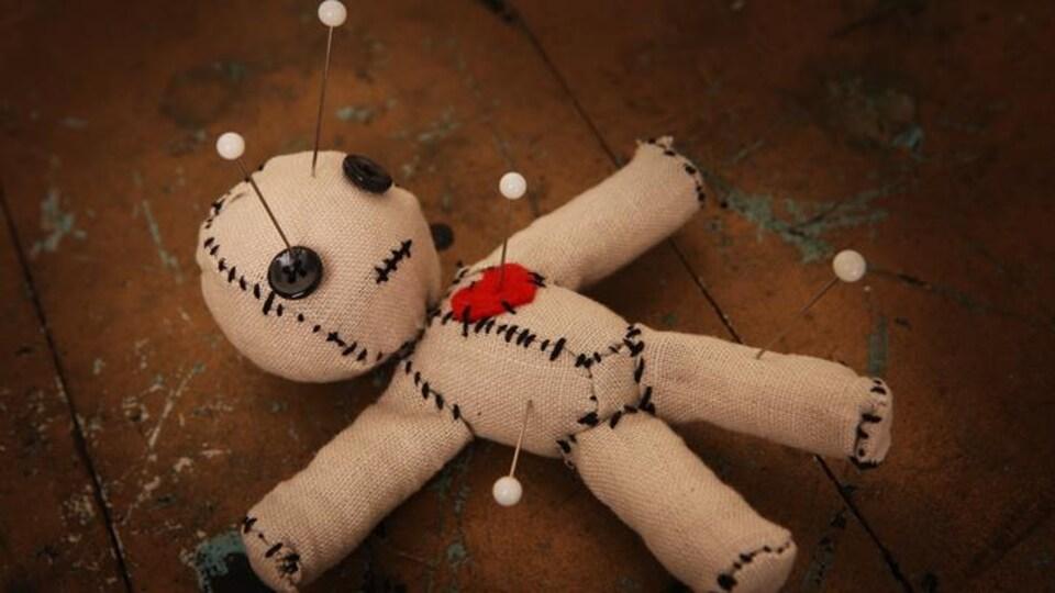 Une poupée où l'on a planté des aiguilles.