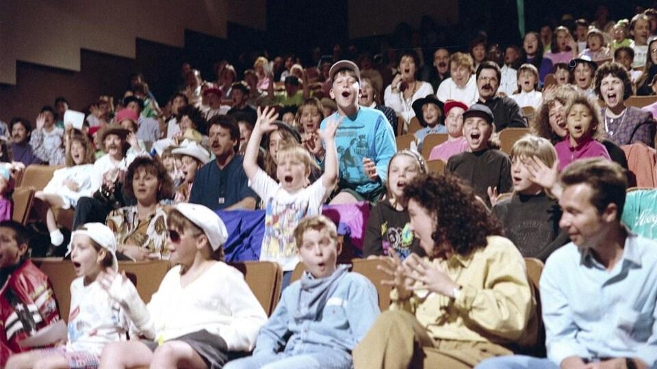 Public d'enfants et de parents dans les gradins du studio 42.