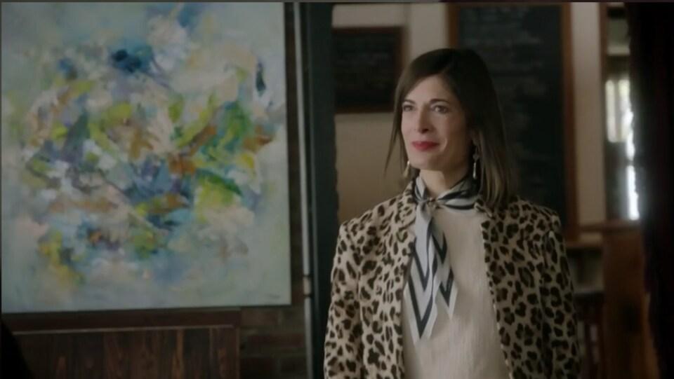 Anne-Marie Cadieux devant une toile de Vé Boisvert.