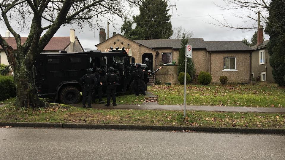 Un véhicule blindé de la police de Vancouver à l'extérieur d'une maison sur la 49e Avenue.