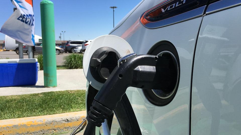 Une Chevrolet Volt à une borne de recharge.