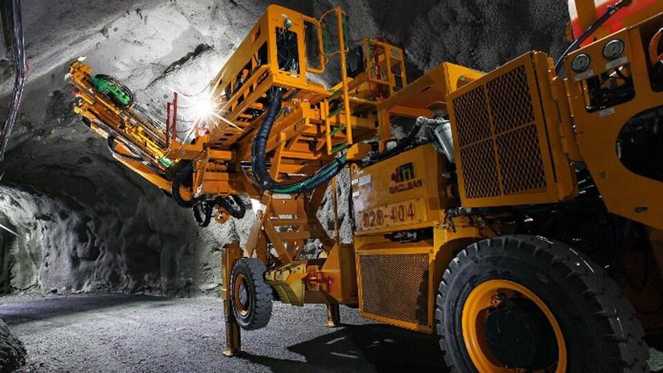 Un véhicule jaune dans une mine.