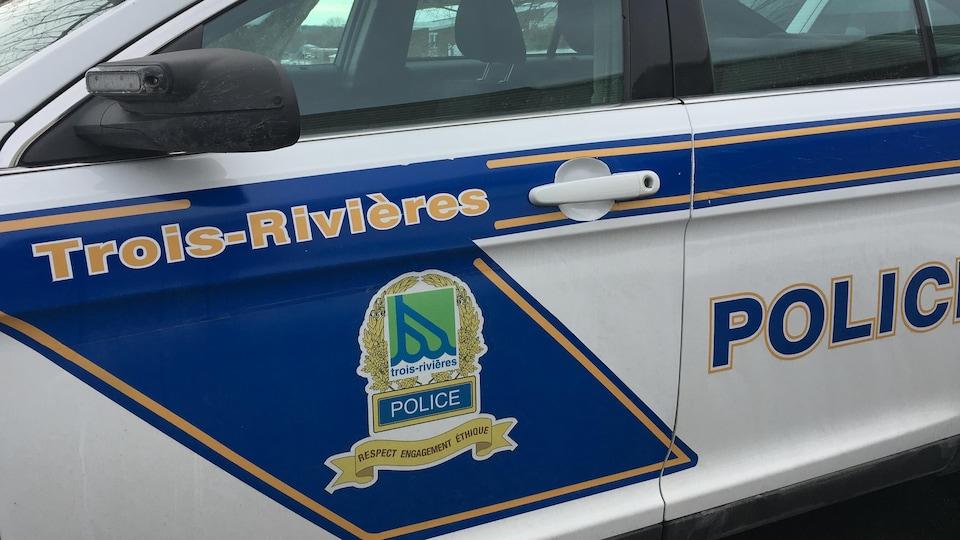 Véhicule de police dans un stationnement.