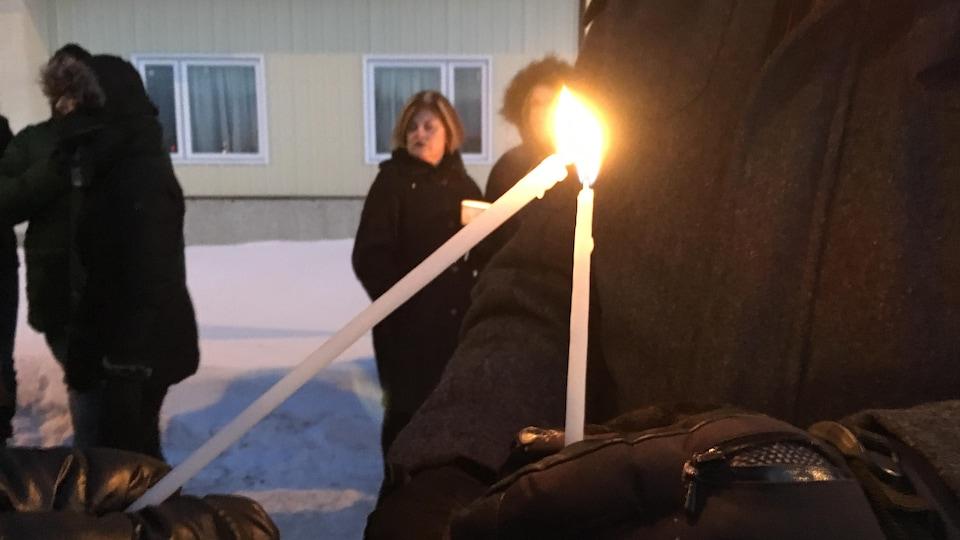 L'ambiance est au recueillement devant la mosquée de Saguenay.