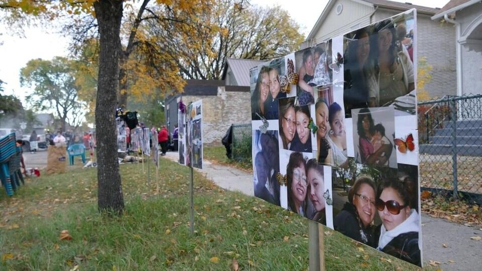 Des photos souvenirs de Jennifer Dethmers sont accolées sur des affiches.