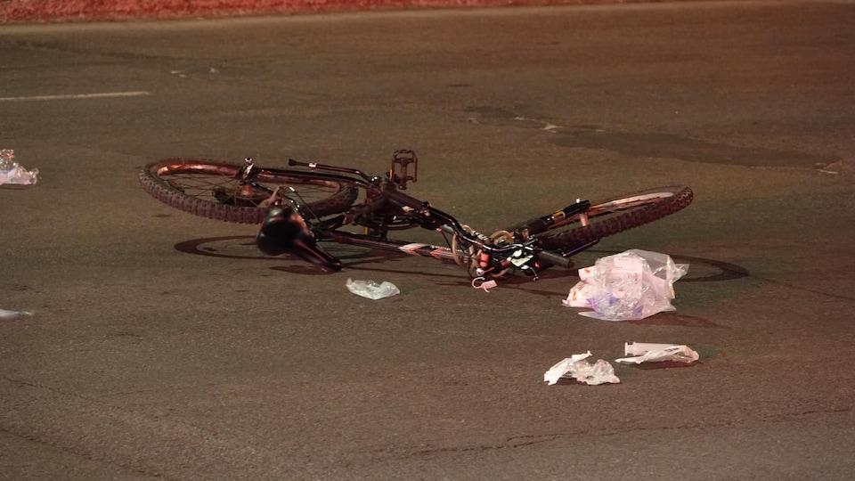 Un vélo sur la chaussée après un accident.