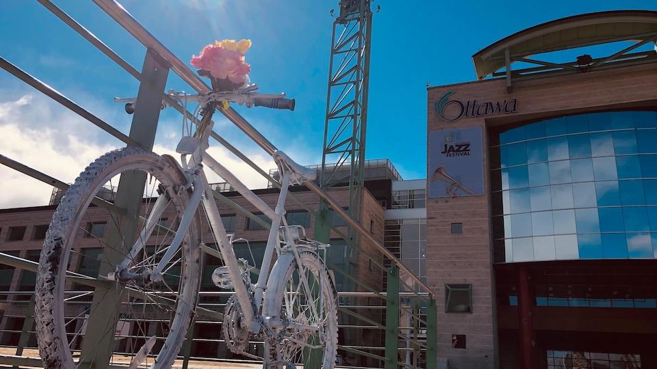 Un vélo fantôme devant l'hôtel de ville d'Ottawa.