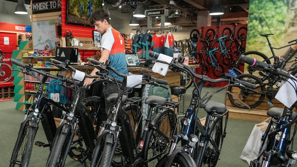 Un préposé aux ventes place des vélos.