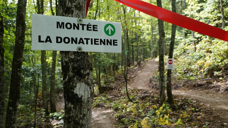 Une pancarte indiquant l'un des deux nouveaux sentiers, La Donatienne.