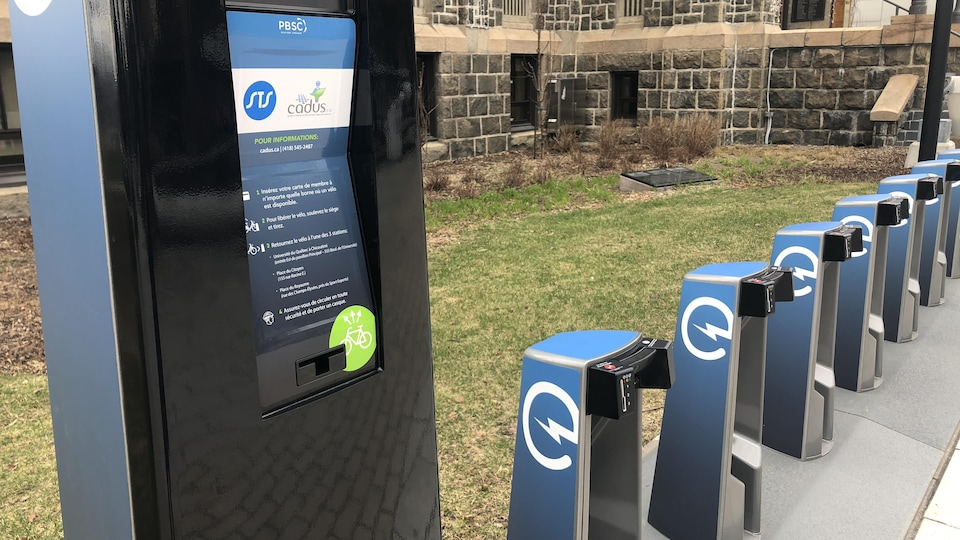 Les bornes de vélo partage installées devant l'hôtel de ville de Saguenay