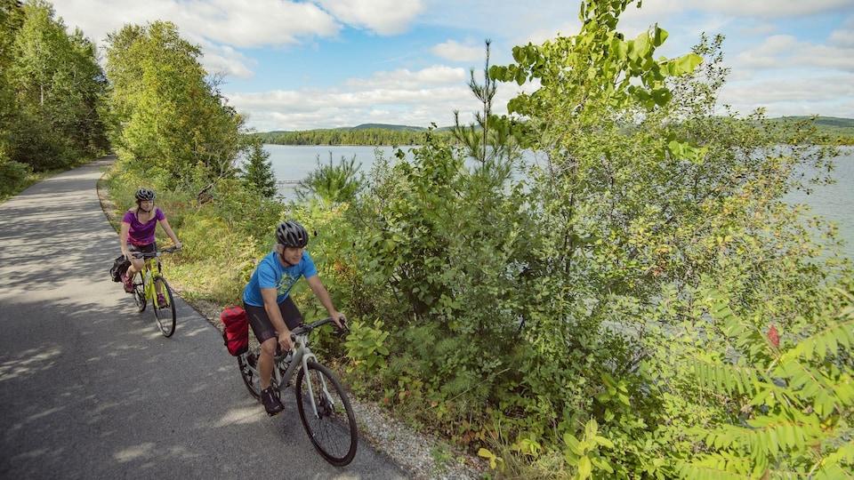 Deux cyclistes parcourent la Véloroute des Draveurs.