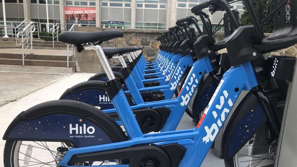 Une dizaine de vélos BIXI bleus.