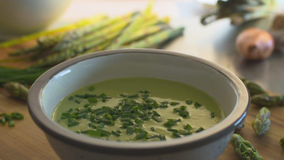Un bol rempli de soupe d'asperges