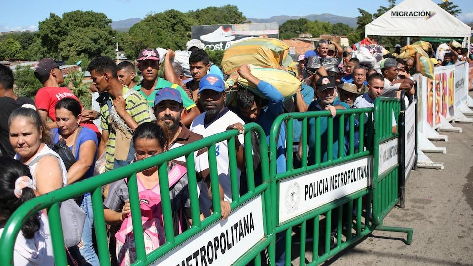 Des Vénézuéliens traversent par milliers la frontière colombienne le 8 juin 2019.