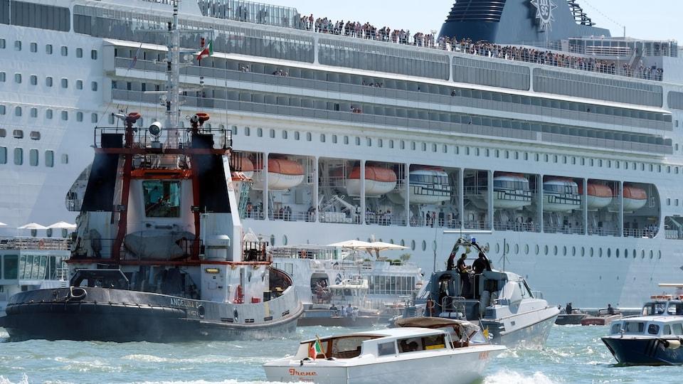 Le paquebot de croisière a perdu le contrôle et s'est écrasé contre un bateau de tourisme plus petit au port de San Basilio, à Venise, dimanche.