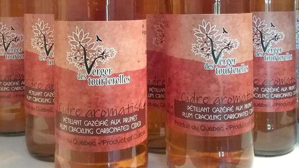 Des bouteilles de cidre aromatisé.