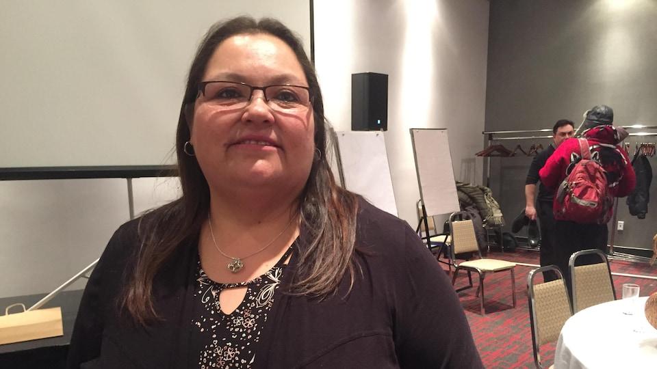 Verna Polson qui pose dans une salle de conférence.