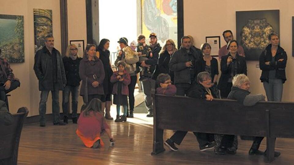 Des personnes dans une salle d'exposition.