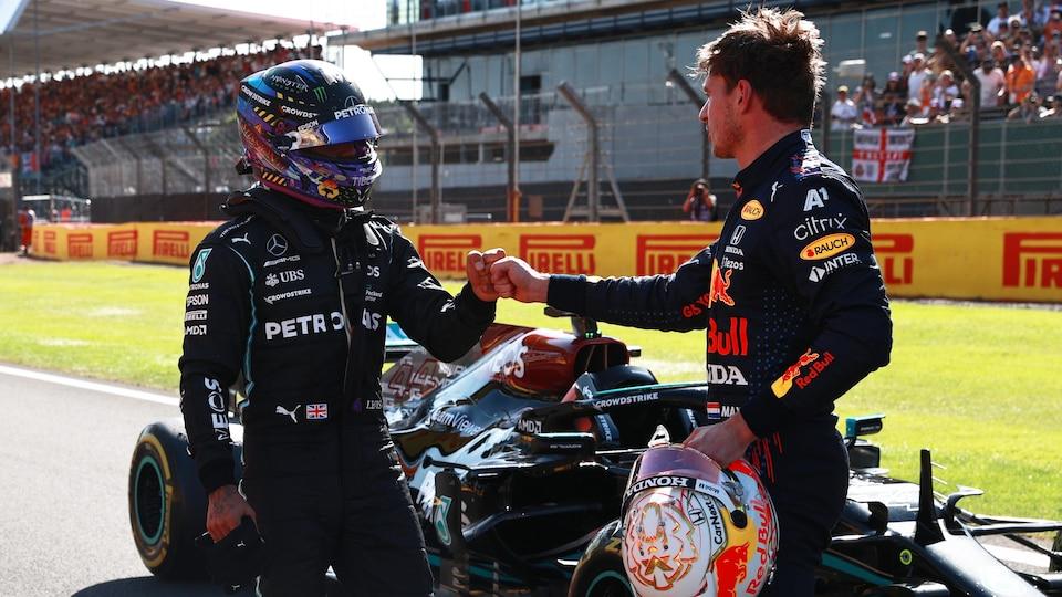 Ils se félicitent l'un l'autre après la course sprint.