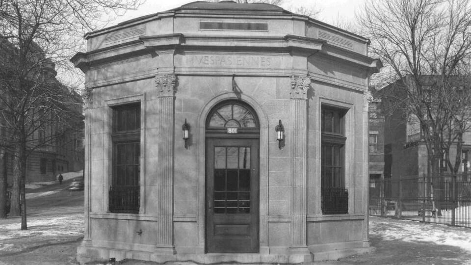 La vespasienne du square Viger, dans les années 1930. Elle se trouve aujourd'hui au carré Saint-Louis.