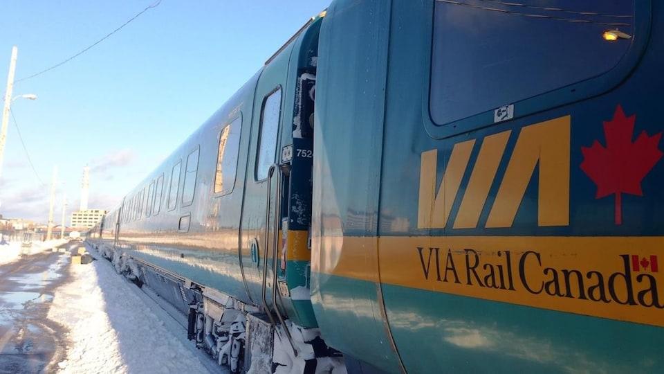 Un train de VIA Rail en hiver à Moncton.