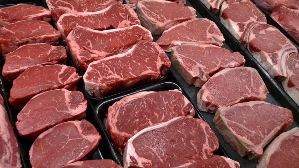 De la viande rouge offerte au supermarché.