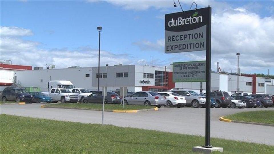 Vue sur l'usine et le stationnement des Viandes Du Breton, à Rivière-du-Loup.