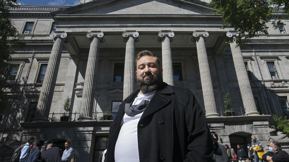 Portrait de Vianney Godbout devant l'hôtel de ville de Montréal.