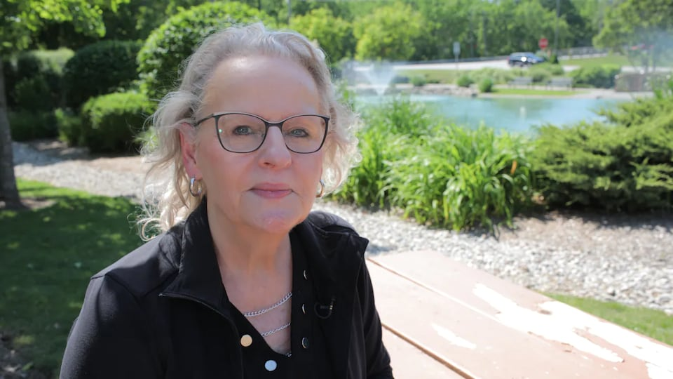 Vicki McKenna assise dans un parc.