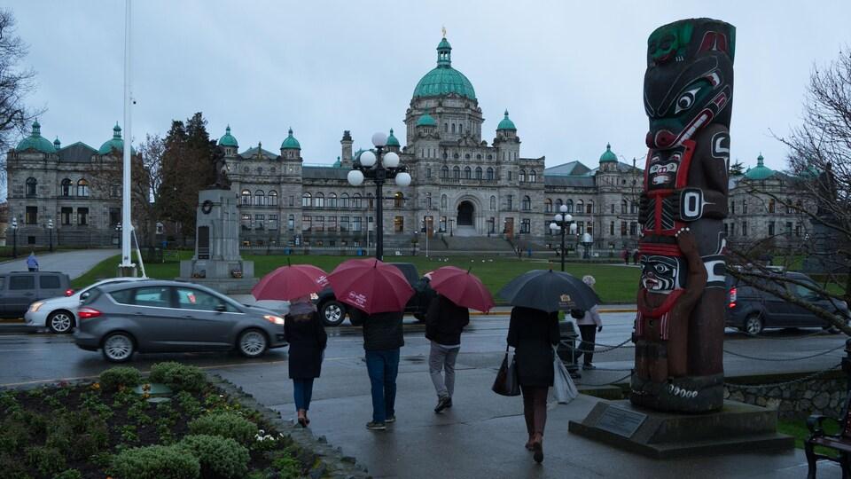 Des personnes marchent avec des parapluies à Victoria.