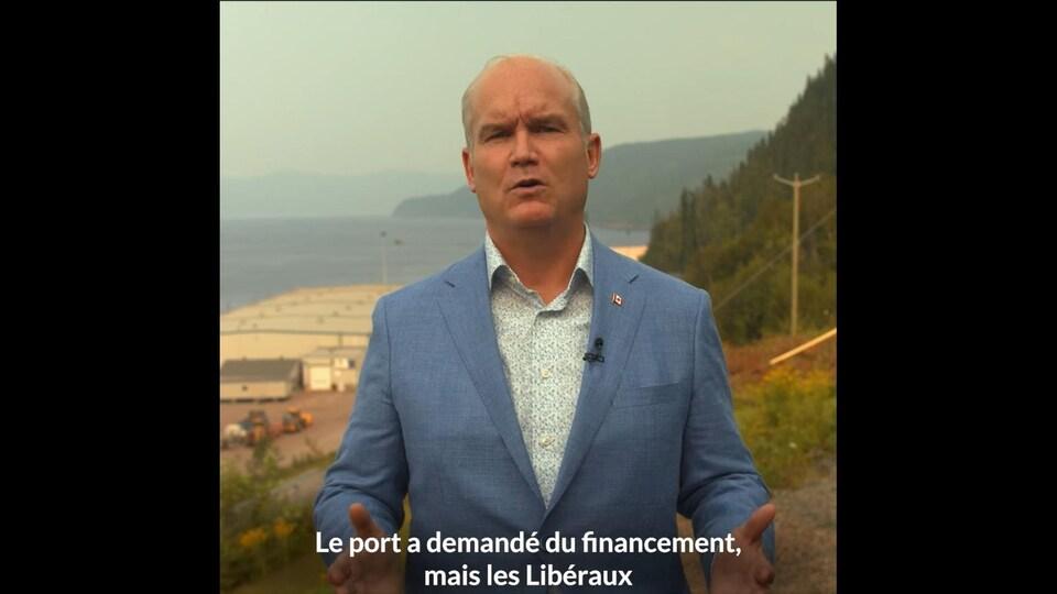 Erin O'Toole parle devant le Port de Saguenay dans une vidéo sur Facebook.