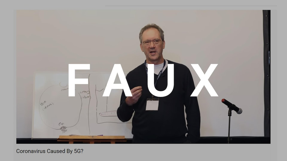 Un homme prononçant un discours lors d'une conférence.