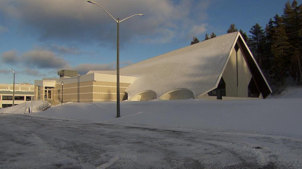 Vue de la piscine de Matane en hiver.