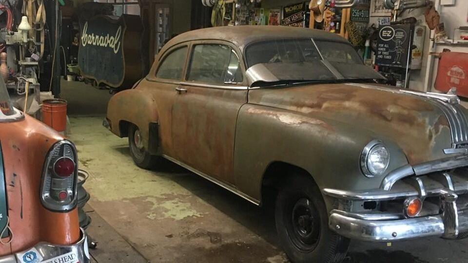 Vieilles voitures dans un garage
