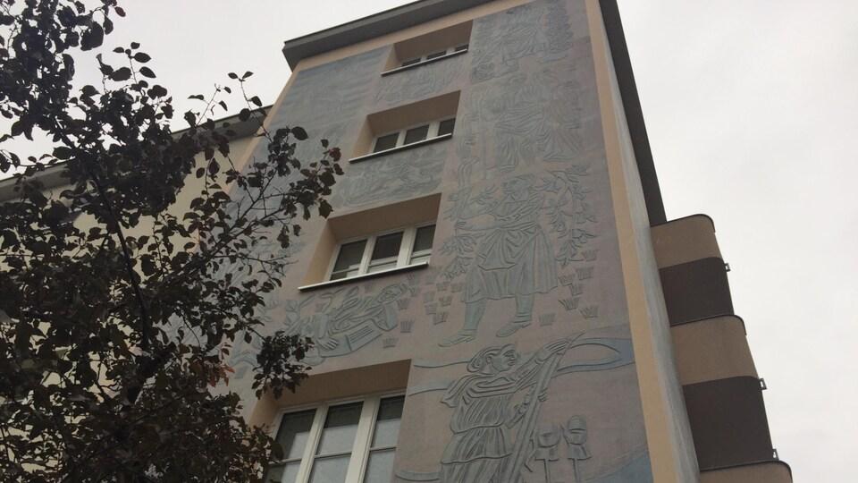 Le mur d'un immeuble d'appartement avec de jolis dessins dessus.