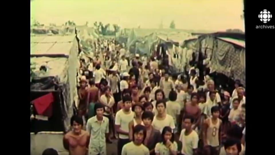 Des centaines de Vietnamiens sont massés dans un camp.