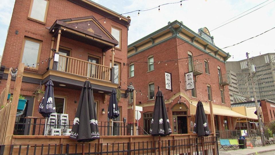 Des façades de restaurants par temps gris.