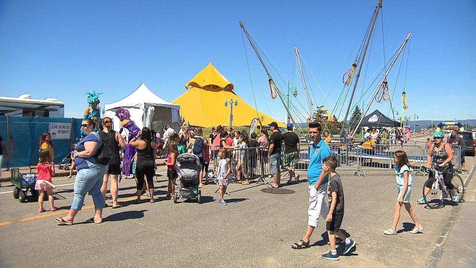 Des amuseurs publics distraient les familles qui visitent le site du Vieux-Quai en fête.