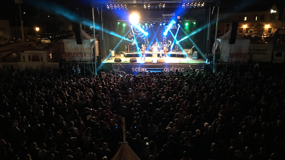 Le groupe La Chicane en plein concert sur une scène extérieure.