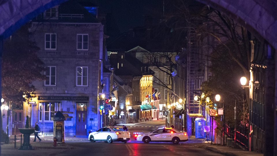 Des véhicules de police bloquent une rue à Québec.